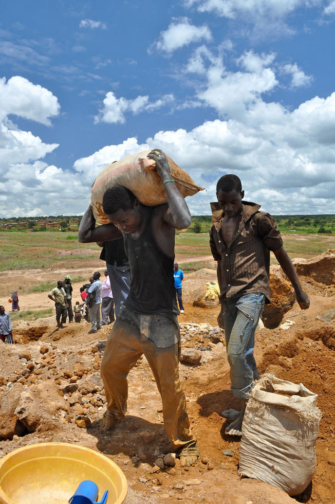 travailleurs-mines-smartphone